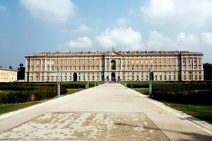 piazza di accesso alla reggia di Caserta