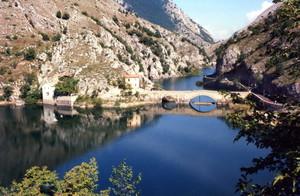 il ponte sul lago di san Domenico