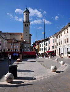 Una piazza con tante sfere