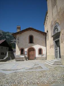 Cesana Torinse, piazza davanti alla chiesa di San Giovanni Battista