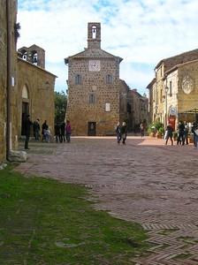 passeggio sulla piazza di Sovana
