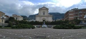 piazza sotto la chiesa