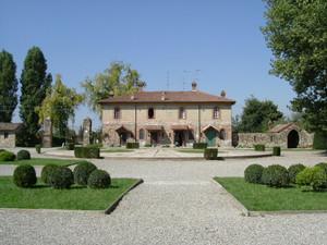 Piazzale della Corte Vecchia nel Borgo Medioevale di Grazzano Visconti