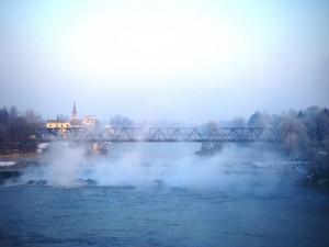 Ponte ferroviario nella nebbia