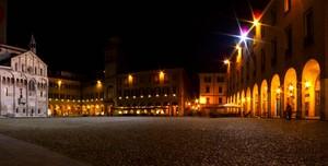 Notte in piazza Grande