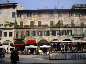 mercatino in piazza delle erbe
