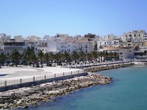 piazza affacciata sul mare.