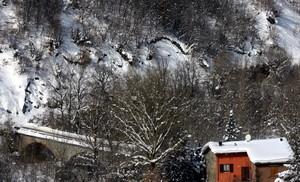 Il ponte, la casa rossa e la neve