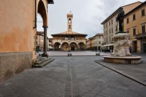 La  piazza di San Giovanni Valdarno  con il Castello d'Arnolfo