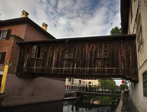 Tra antico e moderno: il ponte di legno sul Naviglio