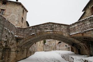 Un ponte sotto la neve