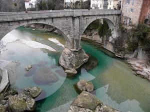 Il Ponte del Diavolo si specchia sulle acque smeraldo del Natisone