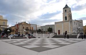 Piazza Principe Imperiale con la scacchiera e la Chiesa madre di S. Placido