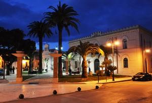 Piazza Aldo Moro nell'ora blu con la Chiesa di S. Primiano e la Casa Comunale