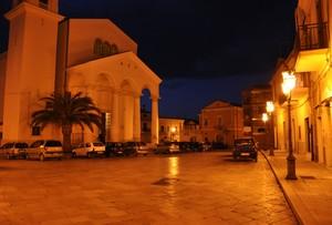 Piazza Annunziata con l'omonima Chiesa Madre nell'ora blu