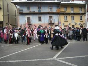 Sampeyre, Piazza della Vittoria, balli alla bahìo