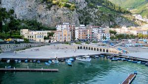 Una piazza e un porto