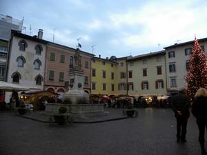 Atmosfera natalizia in Piazza Paolo Diacono