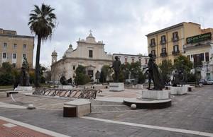 Piazza Umberto Giordano col monumento al compositore foggiano
