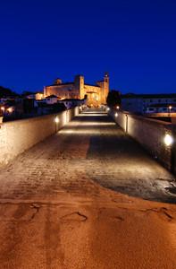 Ponte Romanico nell'ora Blu