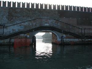 piccolo ponte sotto le mura merlate