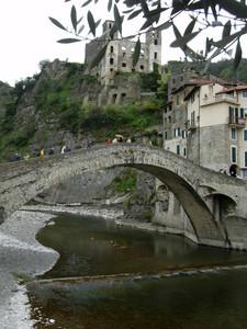Un ponte sospeso nella storia