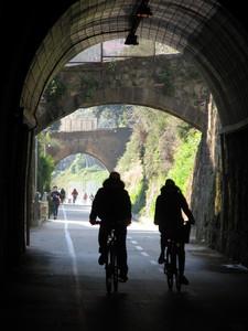 Pedalando sotto i ponti della pista ciclabile