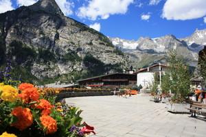La piazza che guarda il Monte Bianco