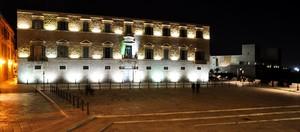 Piazza Duomo di sera col Tribunale in primo piano ed il Castello sullo sfondo