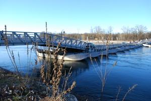 Il fiume azzurro e il suo ponte di barche