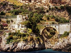Un ponte particolare e una spiaggia da sogno