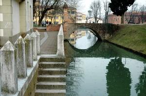 Il ponte di accesso al  borgo medioevale