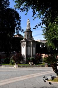 piazza del carmine, vista sulla statua