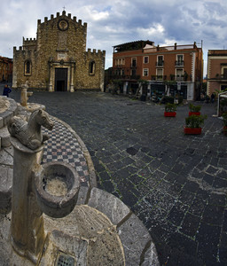 La piazza del duomo a Taormina