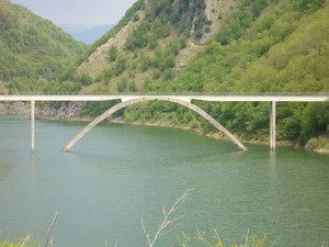 Ponte sul paese sommerso