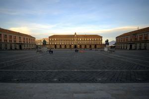 La Piazza… e dietro il Vesuvio