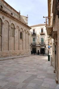 Piazza Pirro, lungo il fianco sinistro della Cattedrale romanica