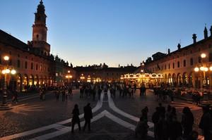 Scende la sera su Piazza Ducale