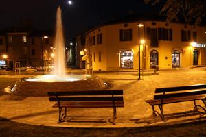 La luna, la fontana e le panchine