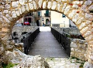 Ponte sul fossato della fortezza normanna