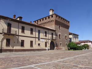 Largo Garibaldi e castello sforzesco