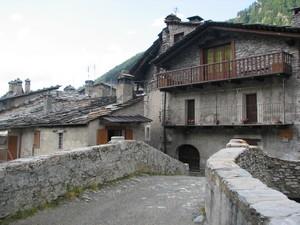 Sull'antico ponte che attraversa il torrente Varaita a Chianale
