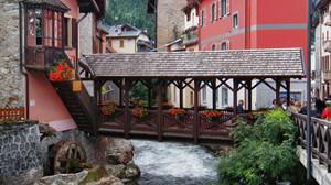 Caratteristico ponte pedonale  in legno