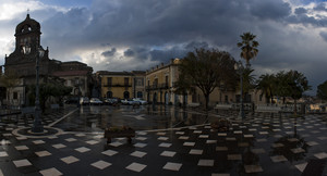 Il temporale e' appena andato via e sulla piazza ora e' possibile riflettersi