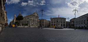 ''Ora di pranzo in piazza Duomo, con il Liotro perennemente di guardia'' - Catania