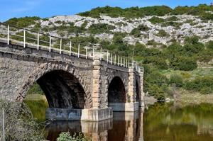Ponte ferroviario sul lago Is Barroccus