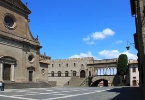 Piazza San Lorenzo e la loggia del Palazzo dei Papi