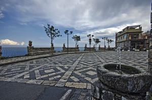 uno splendido belvedere sulla sottostante Taormina