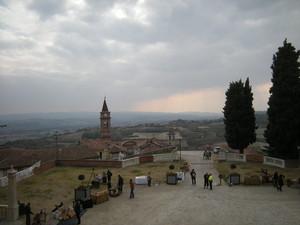 Govone, la piazza davanti al castello