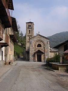 Monterosso Grana, frazione Santo Lucìo, la piazza della chiesa